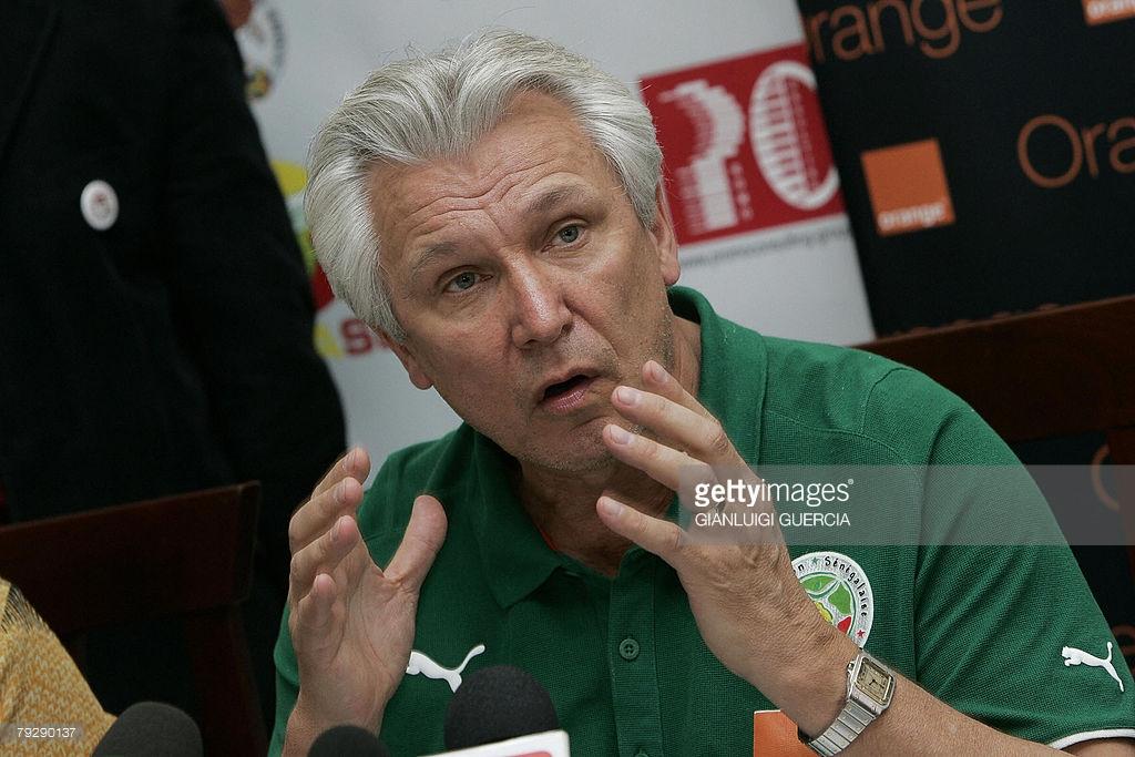 En 2008, après un nul contre la Tunisie (2-2), Henry Kasperczak avait démissionné de son poste de sélectionneur du Sénégal après l'élimination des Lions au premier tour, tout en refusant de rentrer à Dakar avec les joueurs.