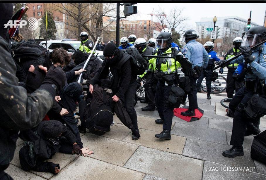 Photos- Incidents lors du rassemblement anti-Trump, la police de Washington arrête plus de 90 manifestants