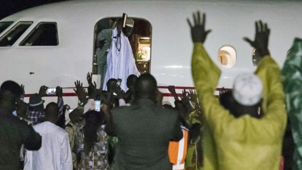 de Yahya Jammeh à l'aéroport de Banjul assistent impuissants au départ de leur ancien président.  ©Afolabi Sotunde/REUTERS