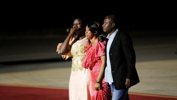 Des Gambies pleurent leur ancien président qui part pour l'exil après 22 ans au pouvoir en Gambie.  ©Thierry Gouegnon/Reuters
