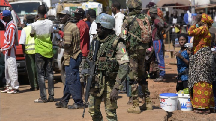 © Seyllou, AFP | Les troupes de la Cédéao ont commencé à sécuriser la Gambie.