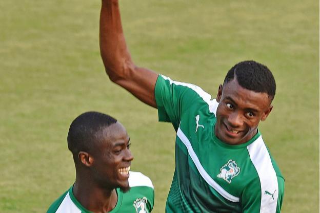 Salomon Kalou, à droite, lors d'une séance d'entraînement avec Éric Bailly. (Issouf Sanogo / AFP)
