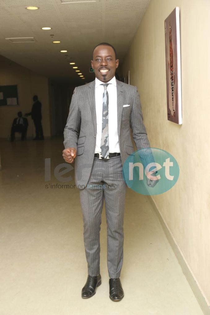 Dj Boubs en mode classe avec sa cravate en treillis camouflet, regardez !