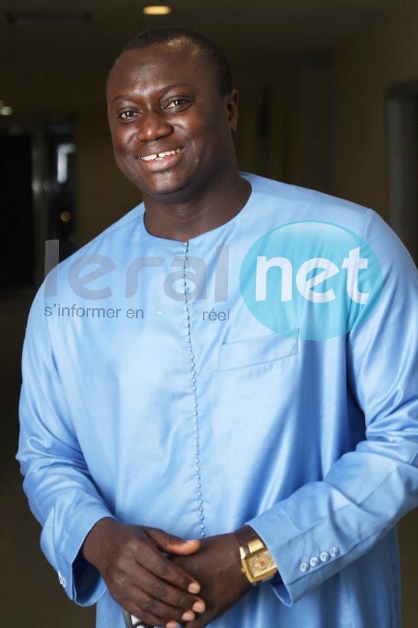 Ndiaye de la TFM en bleu et souriant, regardez