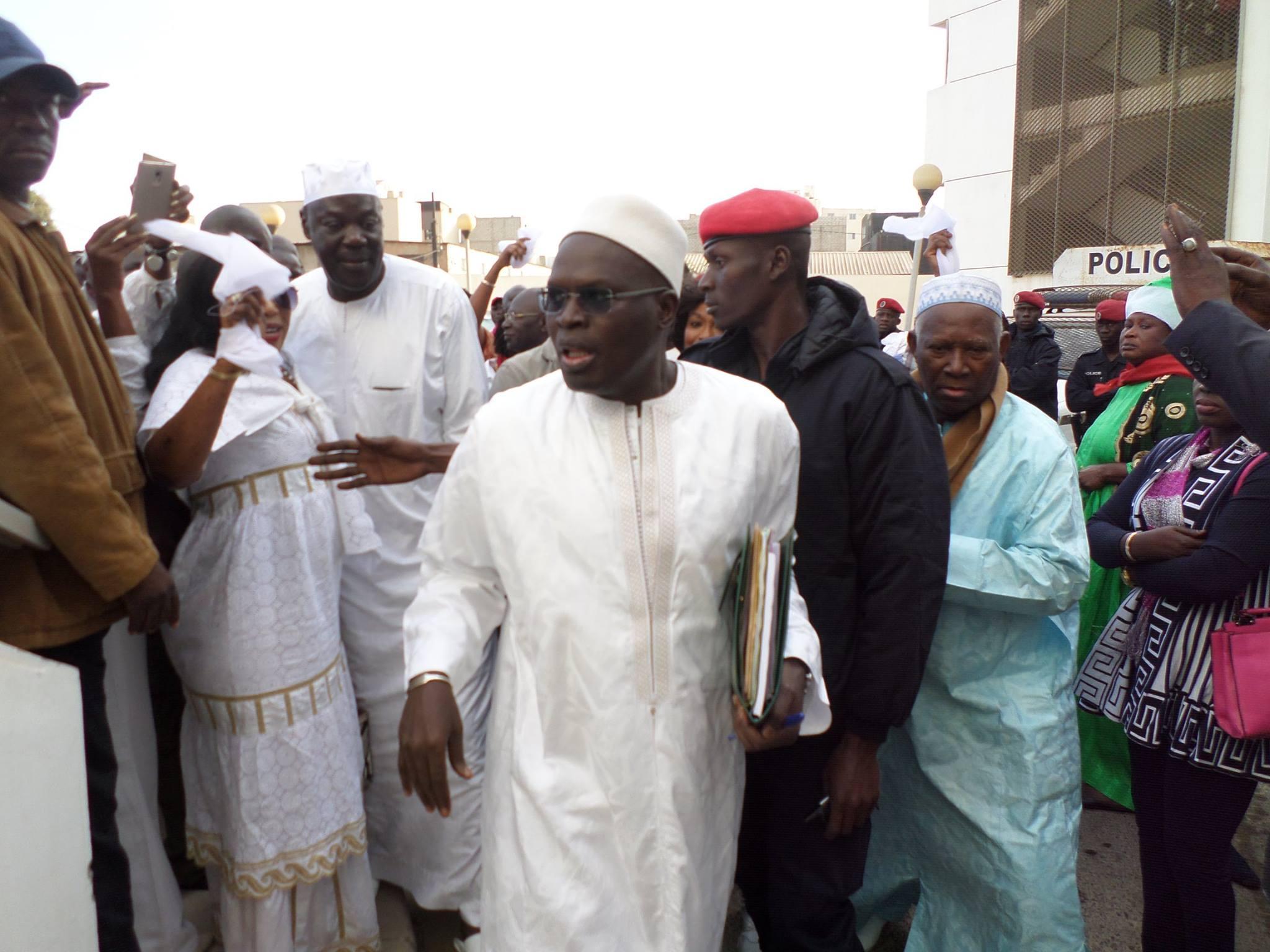 Ambiance autour du tribunal, le maire de Dakar, superstar