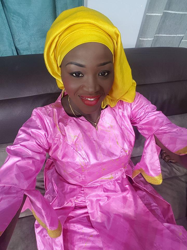 Faty Dieng de la TFM, une diongoma en mauve et jaune...