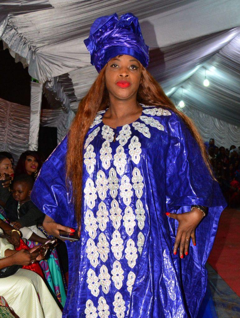Ndèye Guèye étale sa beauté africaine avec un grand boubou bleu