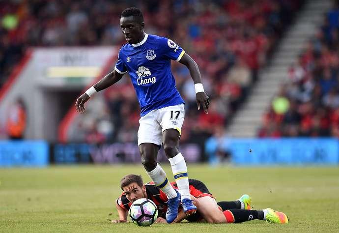 Idrissa Gueye d'Everton en action avec Adam Forshaw de Middlesbrough