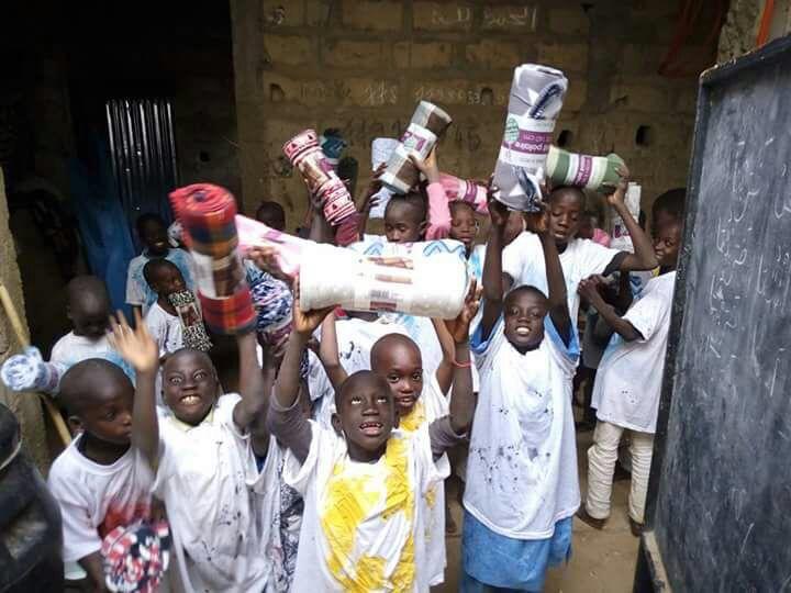 Distribution de couvertures pour nos talibés petites gouttes