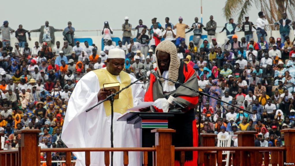 Le nouveau president de la Gambie, Adama Barrow, tient le Coran lors de la cérémonie d'investiture au stade de l'indépendance, à Bakau, en Gambie, 18 février 2017.