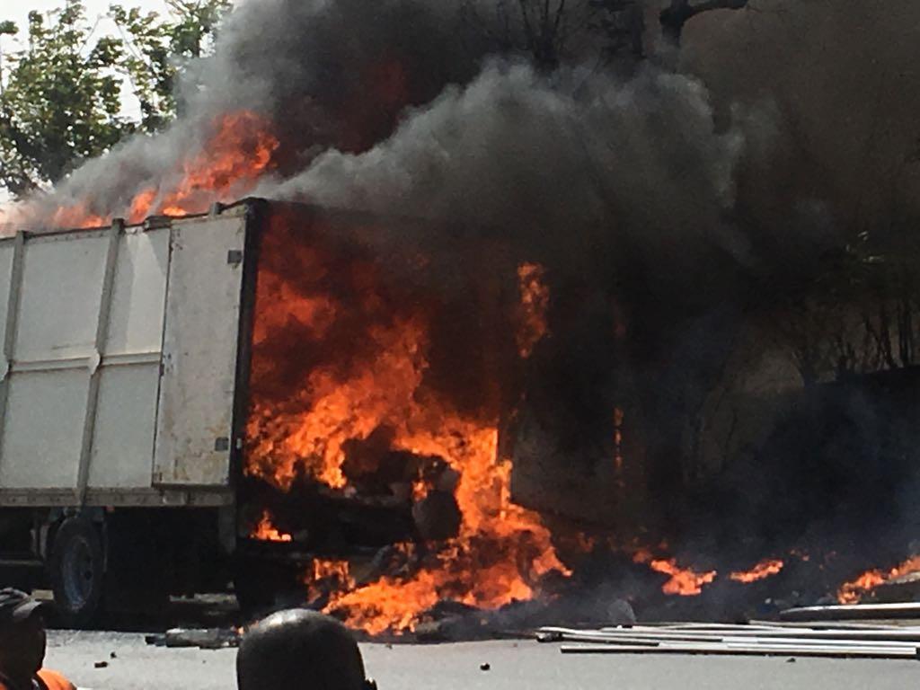 Un camion transportant des produits de quincaillerie prend feu à la sortie de Thiès vers Dakar (Photos)
