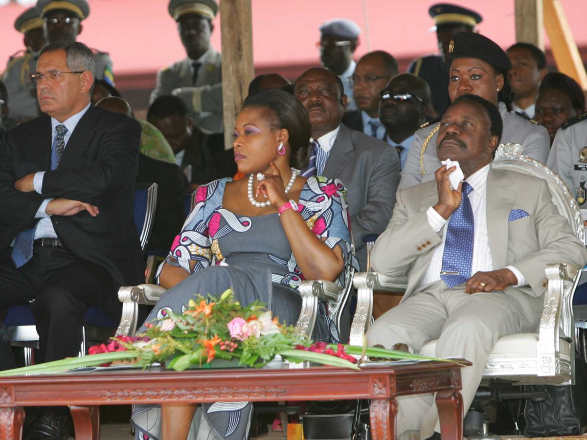 Robert Bourgi auprès d'Omar Bongo, à Franceville, au Gabon, en juillet 2005. (PIRRONE MARCO/SIPA)