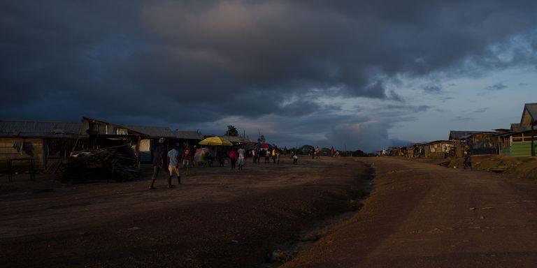 La route principale de Kinjor, à l'ouest du Liberia. CRÉDITS : ALLOYCIOUS DAVID