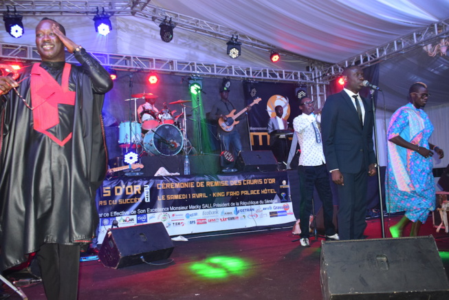 People-Pape Diouf fait danser le Président Mbagnick Diop à la plus prestigieuse soirée de gala de l'Afrique de l'ouest. Regardez