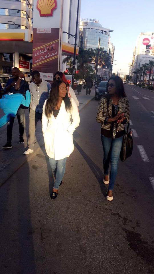 [13 Photos] Les animateurs de « Yewoulen » en promenade dans les rues de…