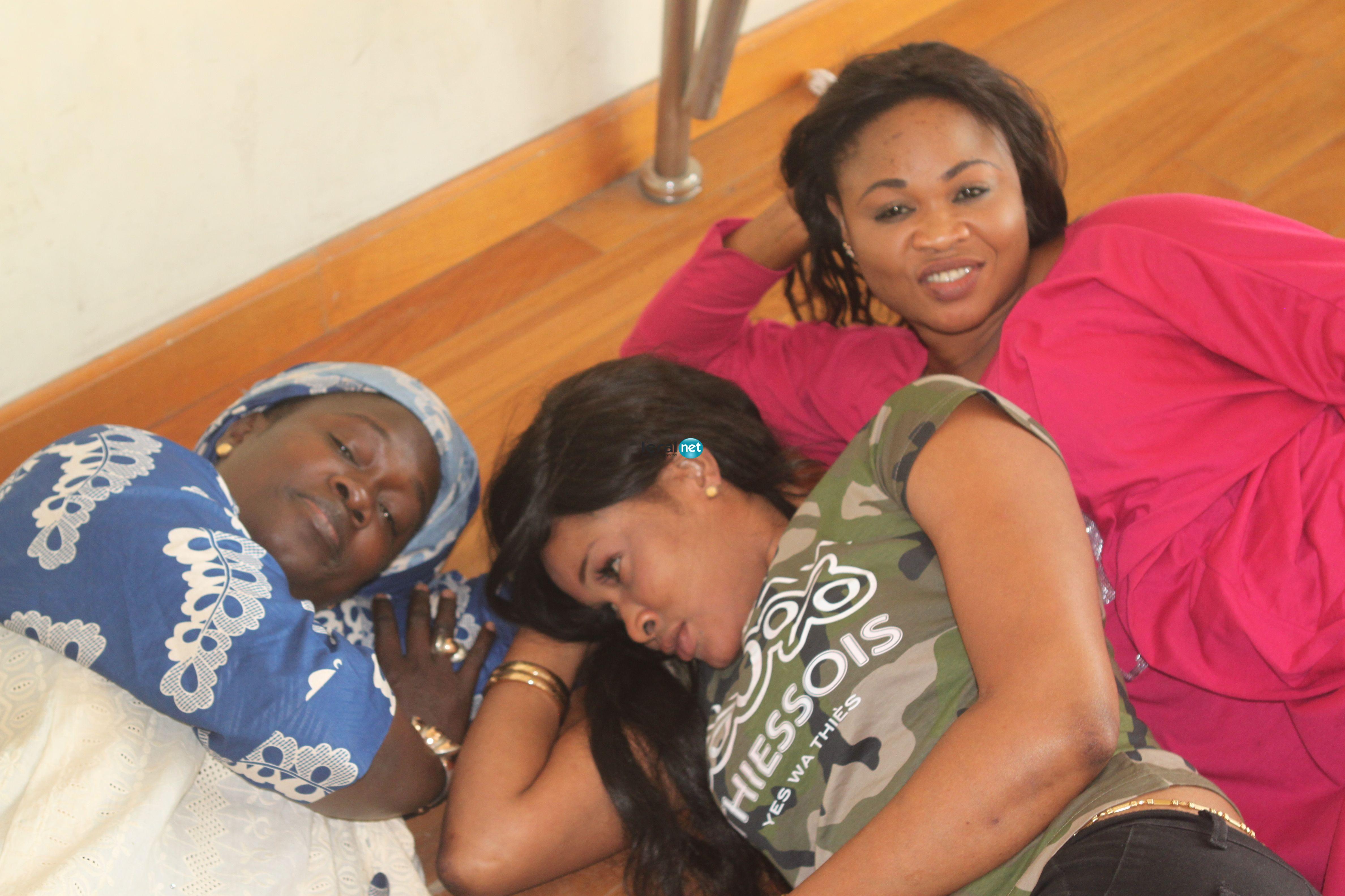 Photo- Soumboulou Bathily, sa sœur Aby  et leur maman en mode relaxe pour préparer le 15 avril au grand théâtre, regardez!!