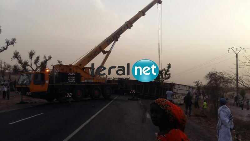  Photos-Thiès : Un camion qui transporte un conteneur s'est renversé sur la route