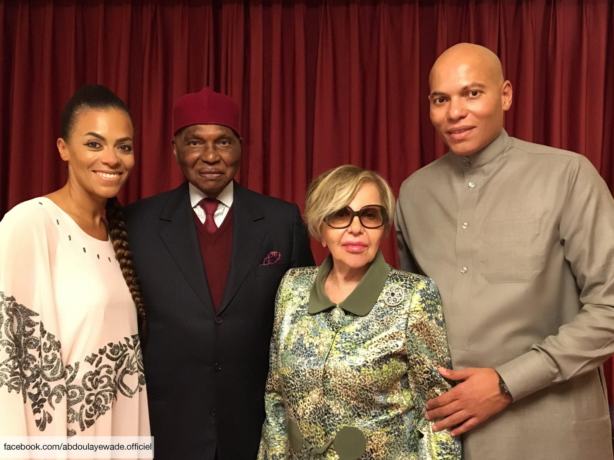 Abdoulaye Wade entouré de sa femme Vivianne, et ses fils Karim et Syndiély.