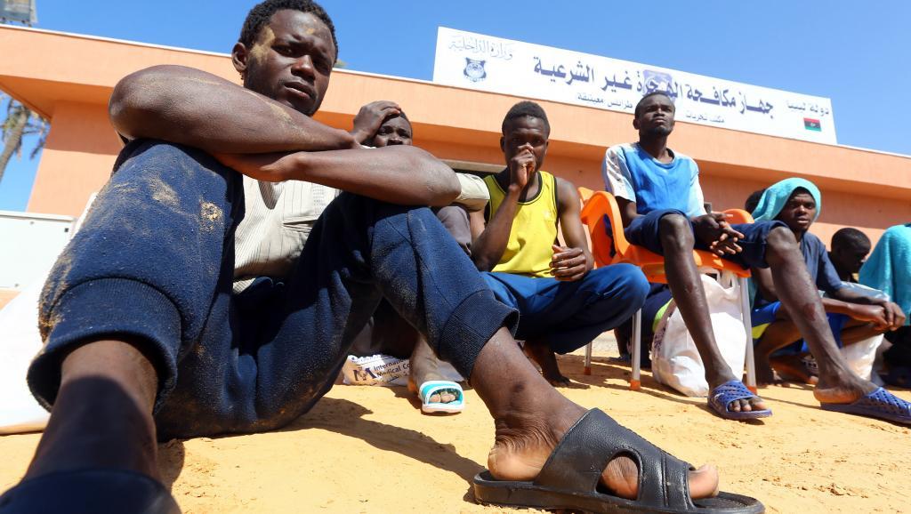 Des migrants regroupés sur le port de Tripoli (Libye) le 13 avril 2017 après le naufrage de leur bateau