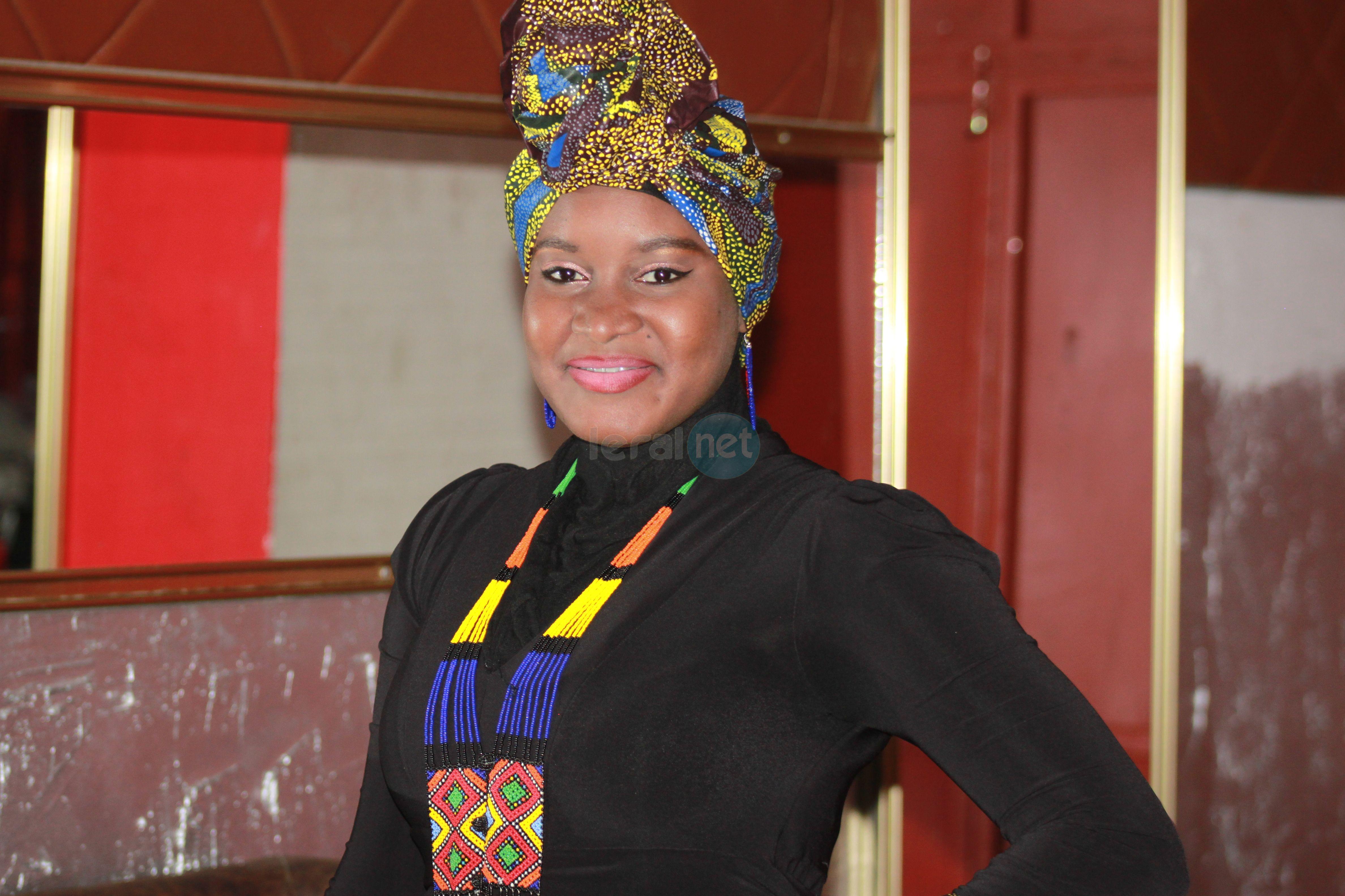 Elle, c'est Linguère Fashion splendide avec son foulard à l'Africaine