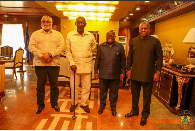 Le nombre d'anciens présidents peut dire l'état de la démocratie d'un pays: Au Ghana, Rawlings, Kufuor, Nana Addo et Dramani posent ensemble