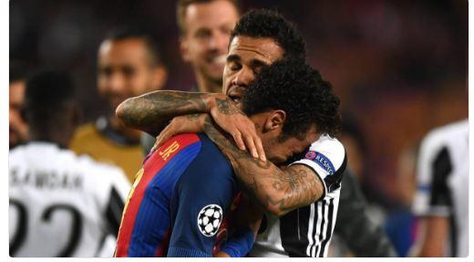 Quelle image ! Daniel Alves console Neymar après l'élimination du Barça par la Juve