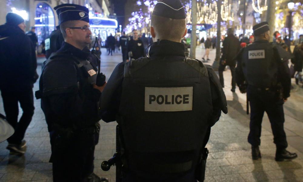 Paris: des coups de feu tirés sur les Champs-Elysées, deux policiers blessés