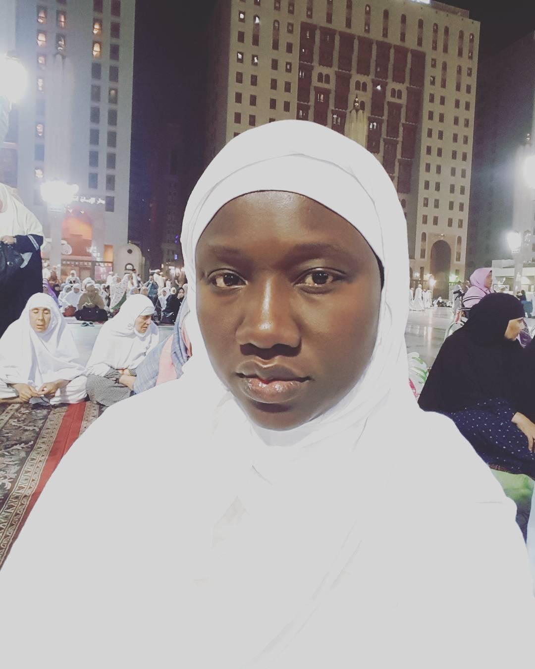 Après le décès de son mari, Oumou Provoc trouve la paix à la Mecque