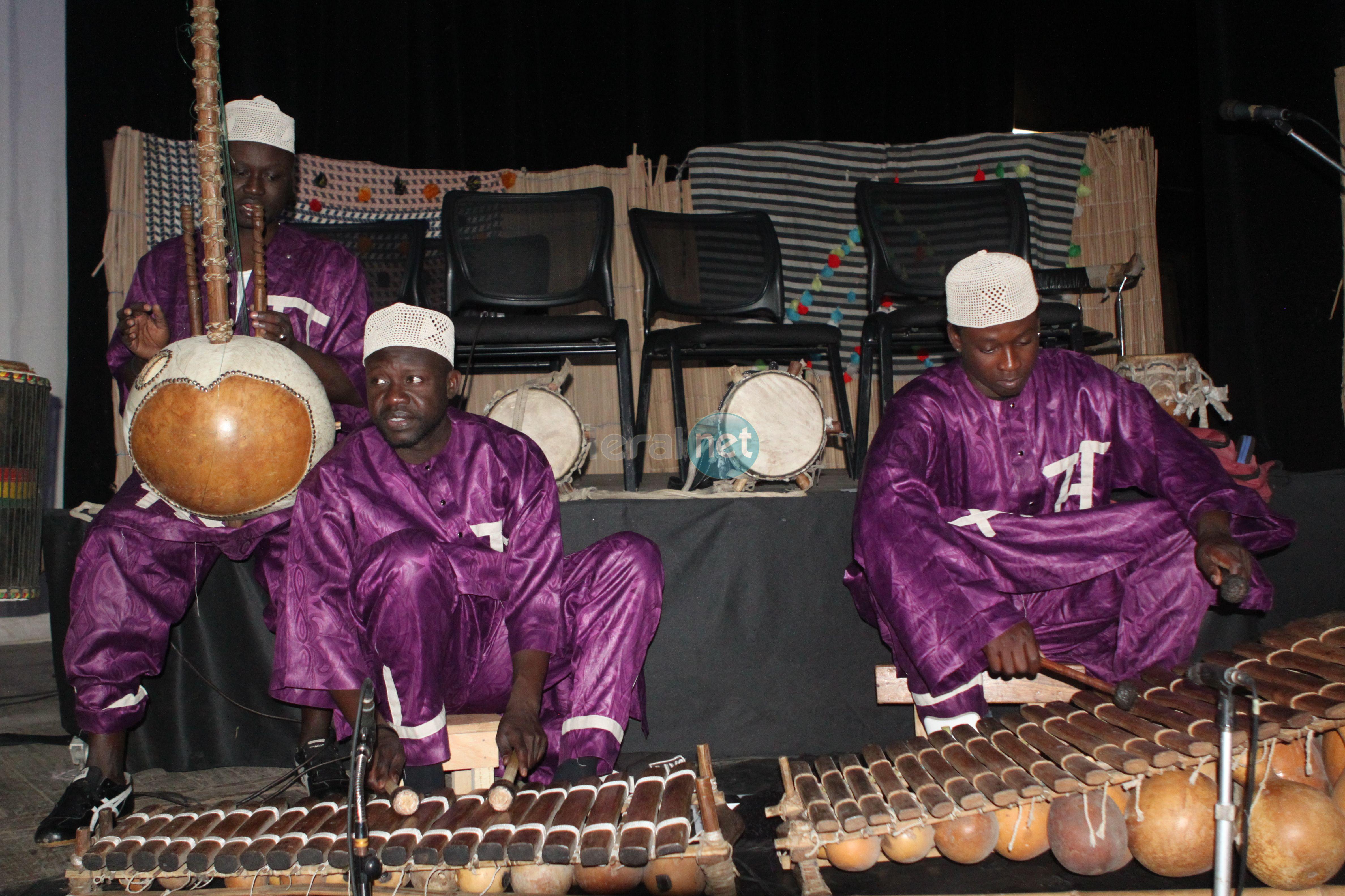 Les rythmes traditionnels et ses instruments, nous sommes au théâtre national Daniel Sorano