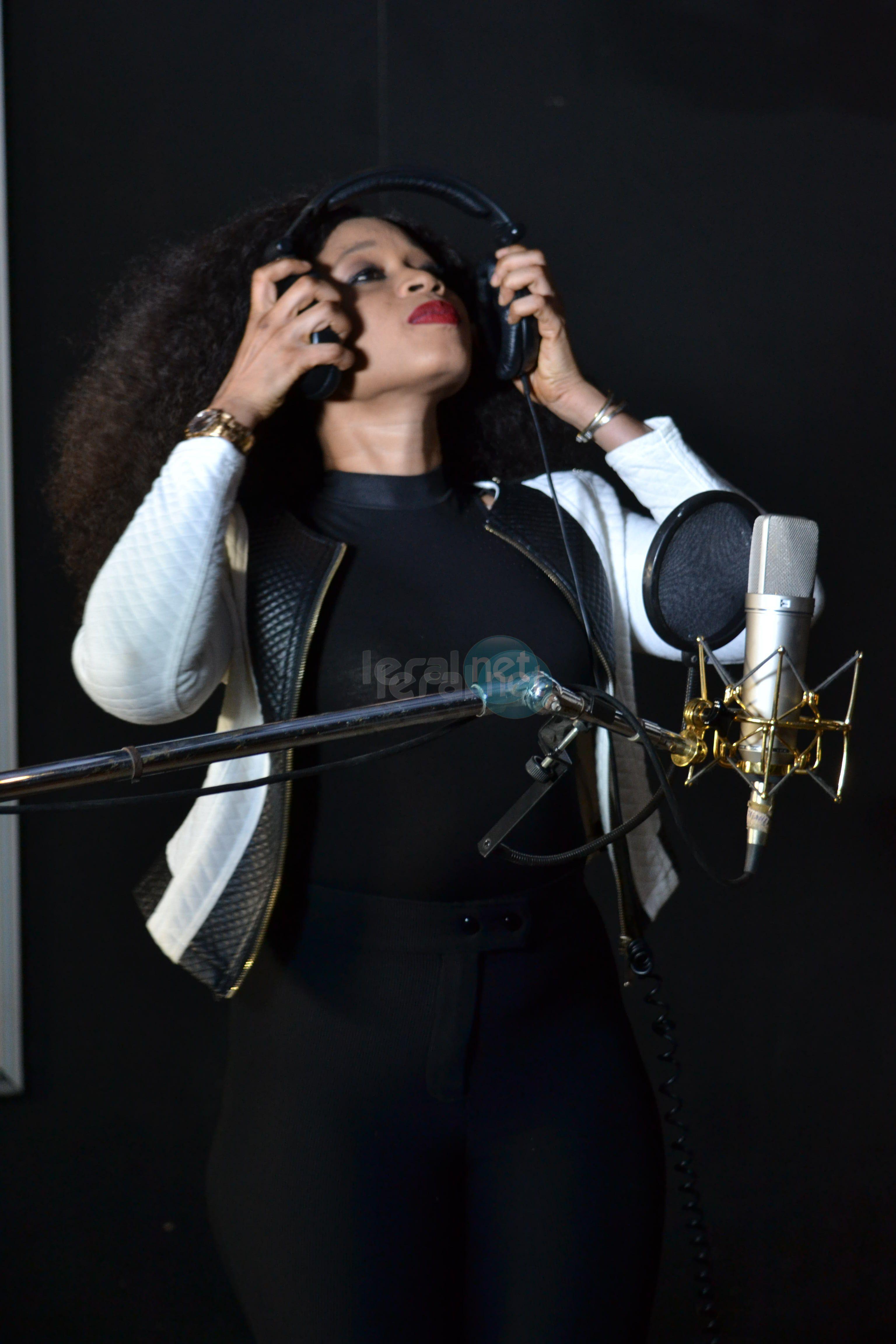 Aïda Samb en studio, l'artiste prépare du lourd pour les mélomanes