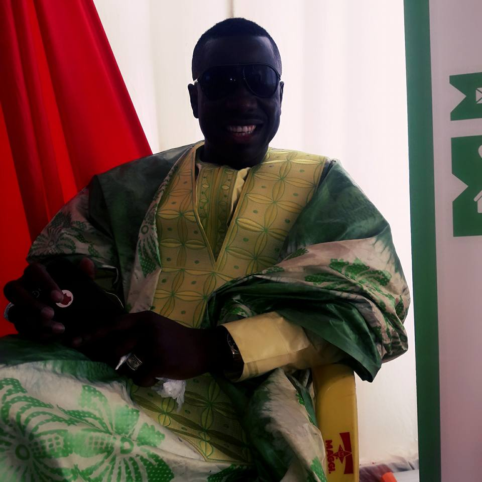 Djiby Dramé très élégant dans son boubou Thioup affiche un large sourire
