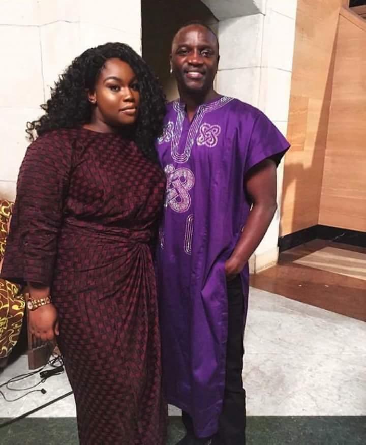 Akon en tenue traditionnelle et bien accompagné