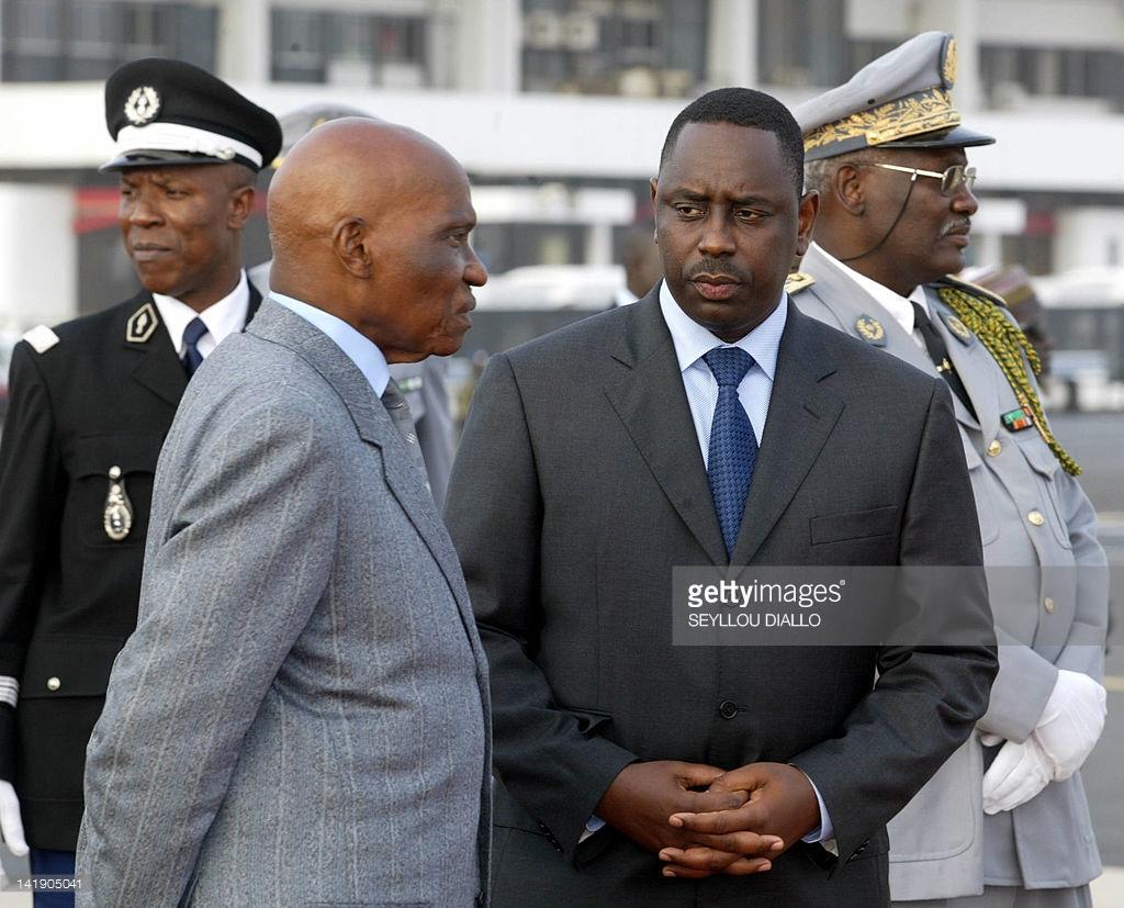L'ex président Abdoulaye Wade discute ici avec Macky Sall, alors Premier ministre, lors de l'arrivée de l'ancien président brésilien Luis Inacio Lula da Silva à l'aéroport de Dakar le 13 avril 2005.