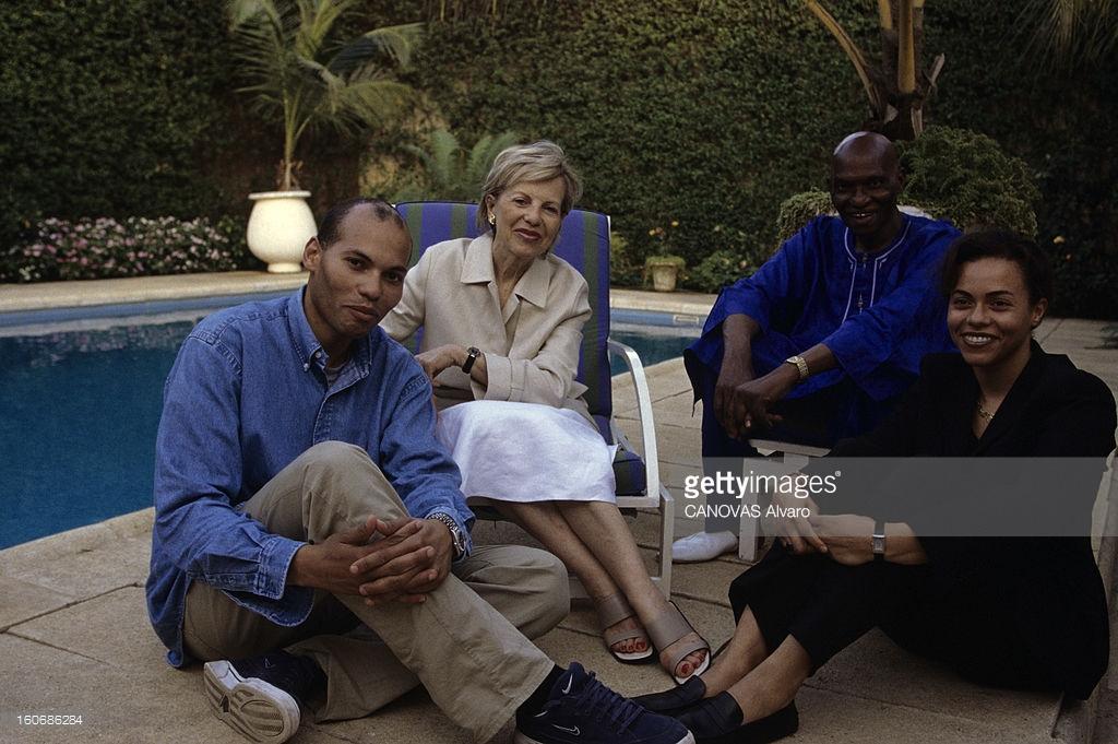 3 avril 2000- A l'occasion de l'investiture, portrait du nouveau président du Sénégal en famille, Abdoulaye WADE. Au bord de la piscine, Abdoulaye WADE et sa femme Viviane avec leurs enfants Karim et Syndiély. (Photo by Alvaro Canovas/Paris Match via Getty Images)