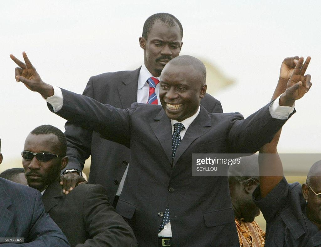 Dakar, SENEGAL: l'ancien Premier ministre Idrissa Seck, acclamé par ses partisans devant sa maison le 07 février 2006.
