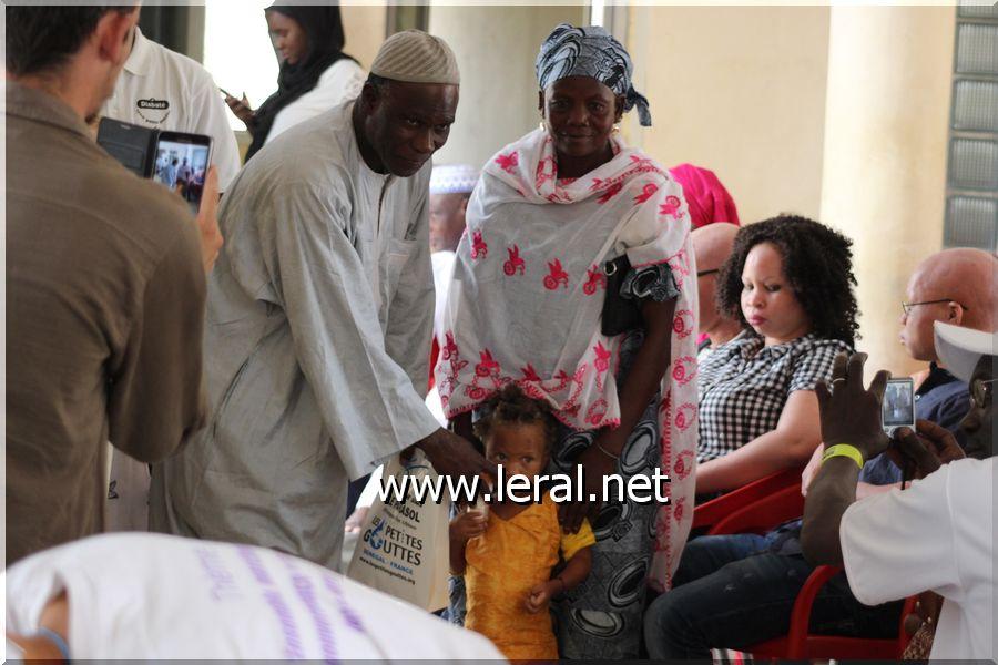 """Deuxième édition de """"Un an sous le parasol"""": Les Petites Gouttes distribuent des dons aux personnes atteintes d'albinisme"""