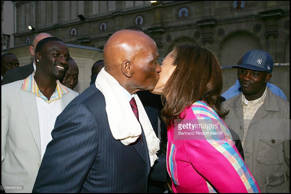L'ancien président du Sénégal Abdoulaye Wade embrasse sa fille chérie sous les yeux du rappeur Akon, lors de la soirée  'Black Is Beautiful' à Paris.