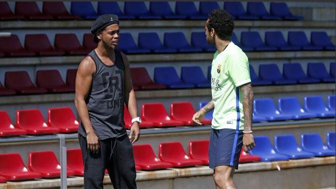 Visite de Ronaldinho aux joueurs de Barça ce matin lors de l'entraînement en quelques clichés !!