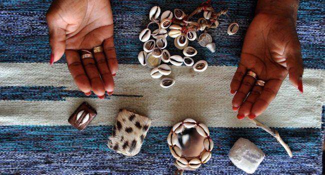 Hobby des jeunes filles pour la voyance et les cauris : Mysticisme ou effet de mode?