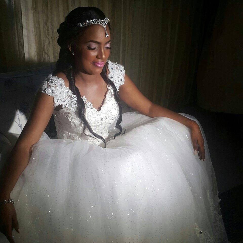 Robes de mariage simples et l gantes laquelle choisir for Robes de renouvellement de voeux de mariage taille plus