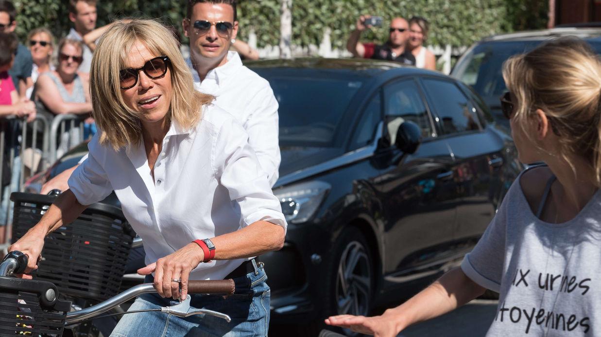 PHOTOS - Brigitte Macron : sa balade à vélo en mini-jupe enflamme le Touquet