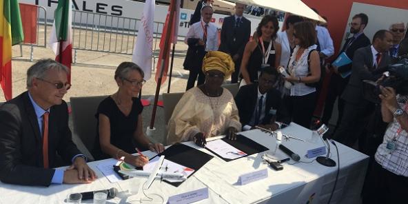 La signature du contrat d'achat des deux ATR avec, de gauche à droite : le dg d'ATR, Elisabeth Borne ministre française des transports, la ministre sénégalaise du tourisme et des transports, le dg d'Air Sénégal. © Rémy Darras