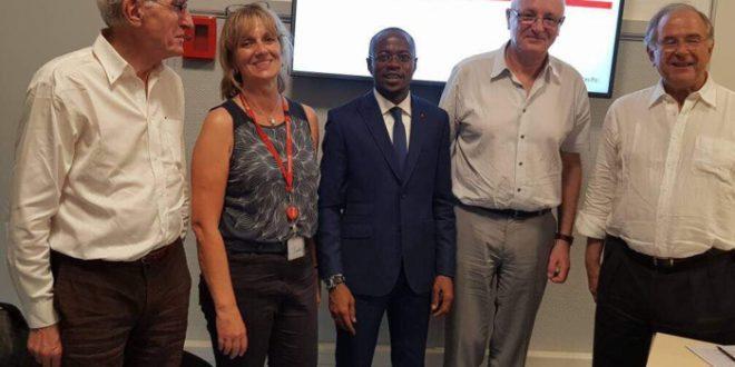 """Abdou Mbow sort de sa soutenance à Sciences Po de Paris avec une mention """"Très Bien"""" (photos)"""