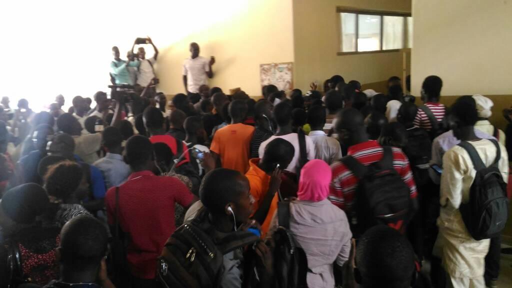 URGENT: Les étudiants empêchent Babou Diakham, directeur de l'Office du Bac, de faire son point de presse et exigent sa démission