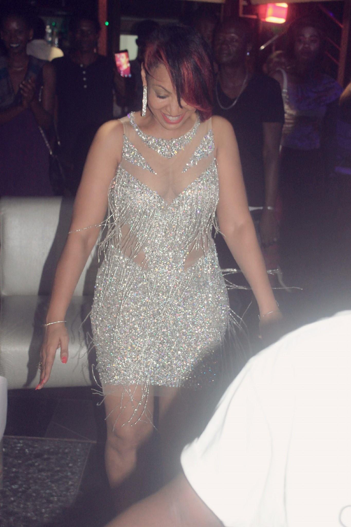 22 photos : Viviane sexy comme jamais...avec une courte robe épatante