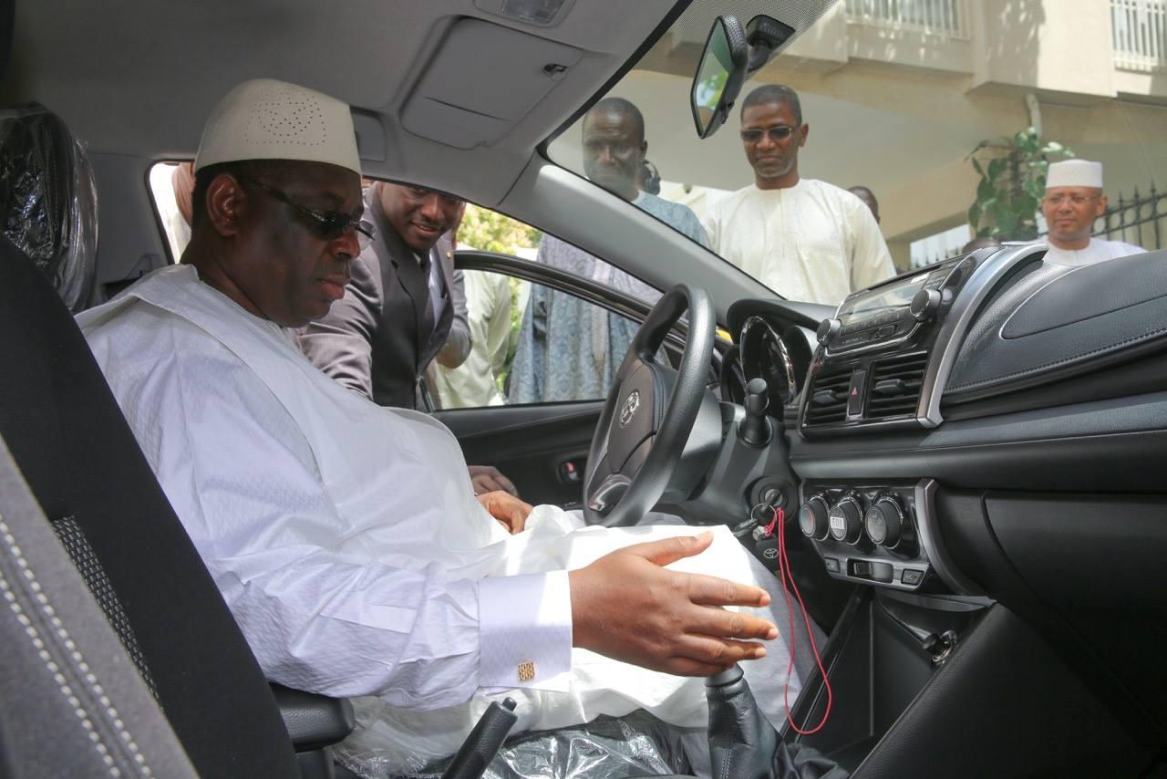 Le Président Macky Sall a réceptionné un lot de taxis (Images)
