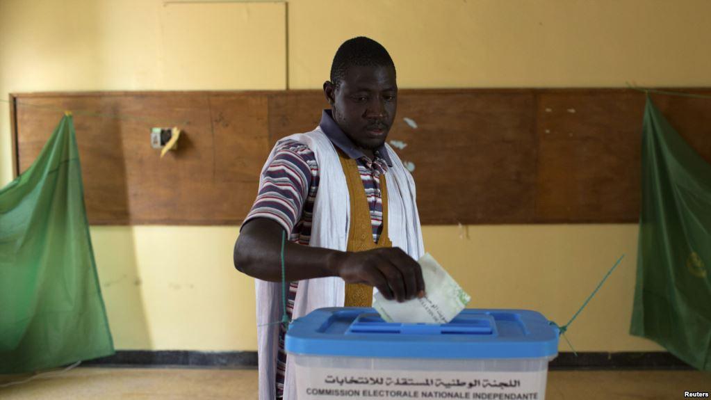Un homme vote pour l'élection présidentielle de 2014 à Nouakchott, en Mauritanie, le 21 juin 2014.