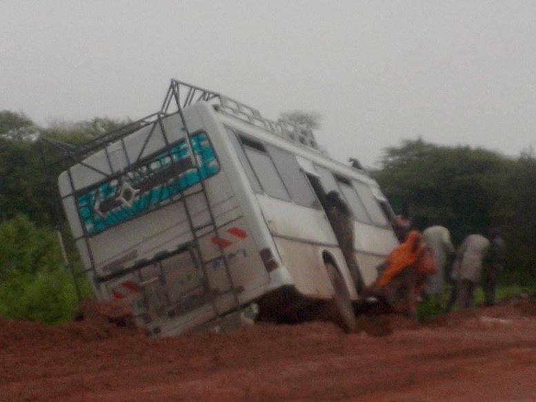 Urgent: Un bus dérape et tue deux personnes à Khombole