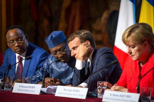 Le président du Niger, Mahamadou Issoufou, celui du Tchad, Idriss Déby, Emmanuel Macron et Angela Merkel à l'Elysée, le 28 août. JEAN-CLAUDE COUTAUSSE / FRENCH-POLITICS POUR LE MONDE