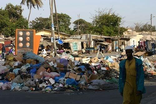 Lendemain de Tabaski : Dépassés par les ordures aux HLM, Madani Sy et ses camarades attaquent la mairie